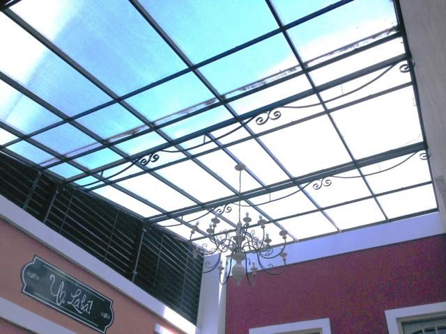 cobertura_fixa_em_policarbonato_ alveolar_com_brises_tipo_veneziana_na_lateral